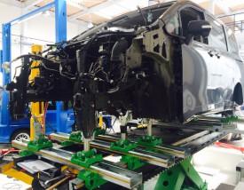 写真1:トヨタ VOXY エンジンを下して フレーム修正
